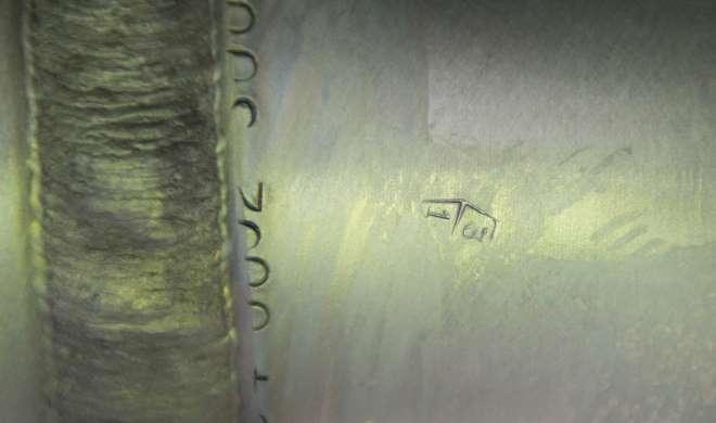 Оттиск клейма рядом со сварочным швом трубопровода