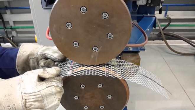 Свариваемая заготовка располагается между двумя барабанами контактных электродов